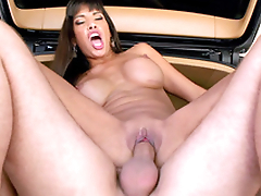 Driver gives Mercedes Carrera a allude and she thanks him in XXX way